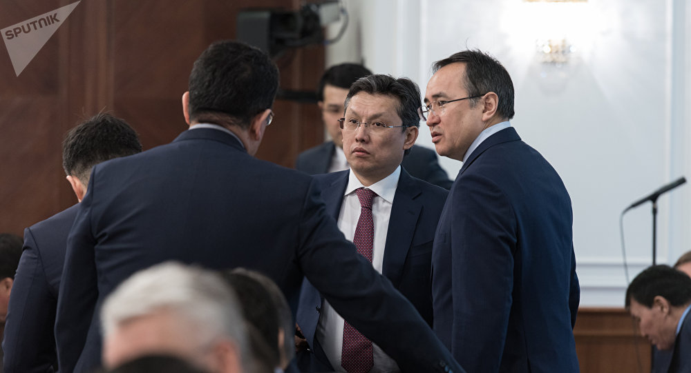 Министр финансов РК Бахыт Султанов (в центре)