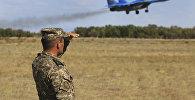 Военнослужащий смотри вслед самолету, архивное фото