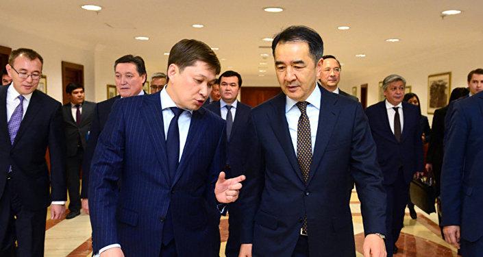 Премьер-министр РК Бакытжан Сагинтаев (справа) и премьер-министр КР Сапар Исаков
