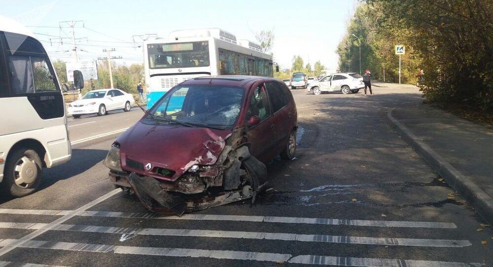 Четыре машины столкнулись на пересечении улиц Лавренева и Домбровского