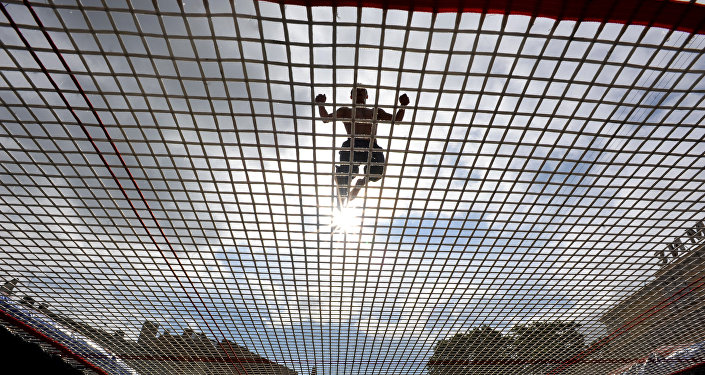 Мужчина прыгает на батуте, архивное фото