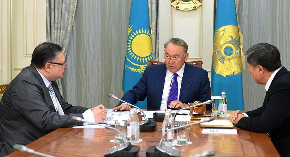 Нурсултан Назарбаев, Марат Тажин (слева), Адильбек Джаксыбеков (справа)