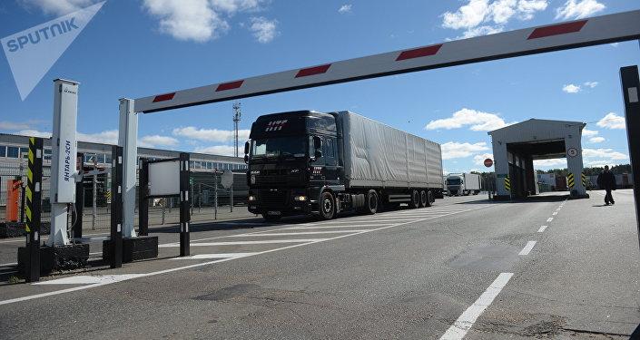 Шлагбаум перед грузовым автомобилем, архивное фото
