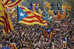 Люди на митинге в поддержку принятия решения парламента Каталонии о независимости