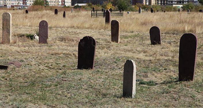 Захоронения на мусульманском кладбище Караоткель в Астане
