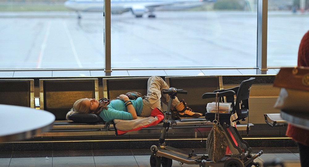 Люди с ограниченными возможностями в аэропорту, архивное фото