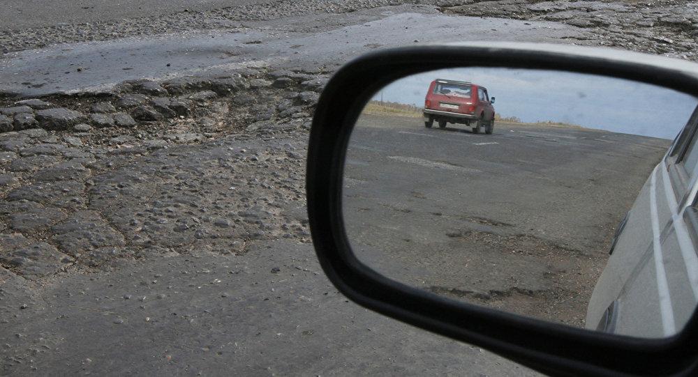 Ямы на дорогах, архивное фото