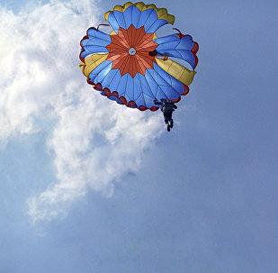 Парашютист во время приземления, архивное фото