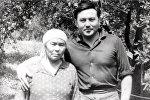 Нурсултан Назарбаев с матерью, архивное фото