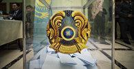 Изображение герба Казахстана на избирательной урне, архивное фото