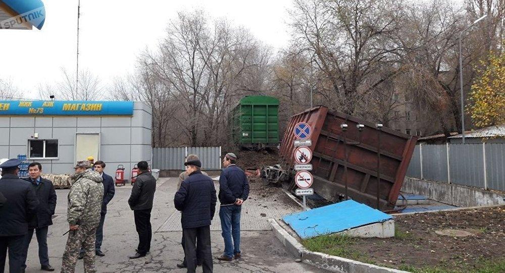 Два железнодорожных вагона снесли АЗС вКазахстане