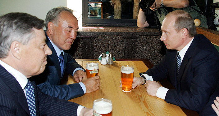 Путин, Назарбаев, Сумин во время посещения уличного кафе, архивное фото