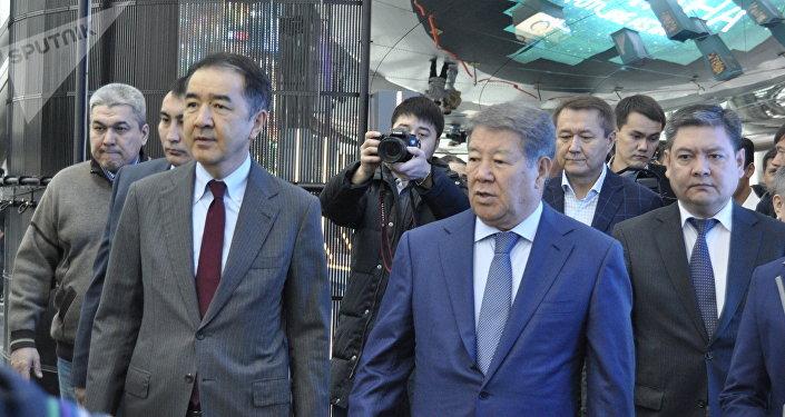 Ахметжан Есимов и Бакытжан Сагинтаев во время посещения ЭКСПО
