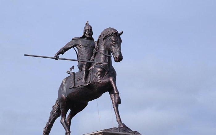 Актюбинец установил памятник в честь 350-летия Есет батыра