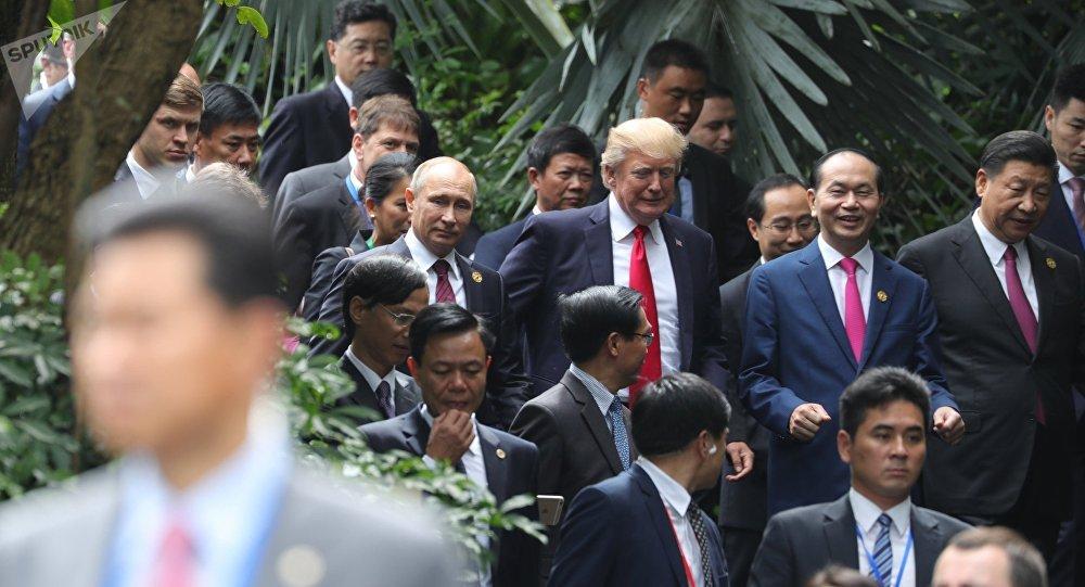 Президент РФ Владимир Путин и президент США Дональд Трамп на саммите АТЭС