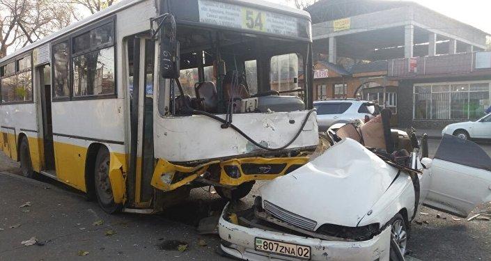 Алматыда автобус Toyota  көлігімен соқтығысты