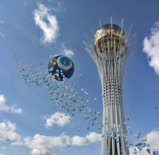 Воздушные шары у монумента Байтерек в Астане, архивное фото
