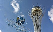 Воздушные шары у монумента Байтерек в Нур-Султане, архивное фото