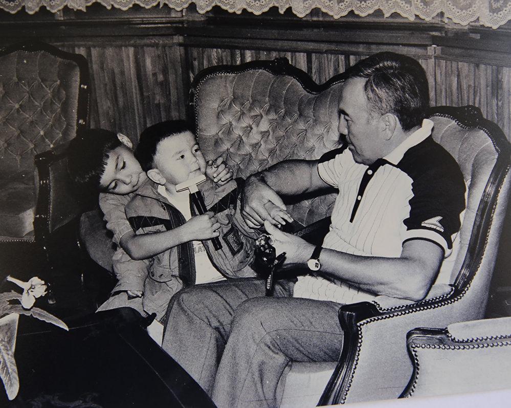 Нурсултан Назарбаев в кругу семьи, архивное фото