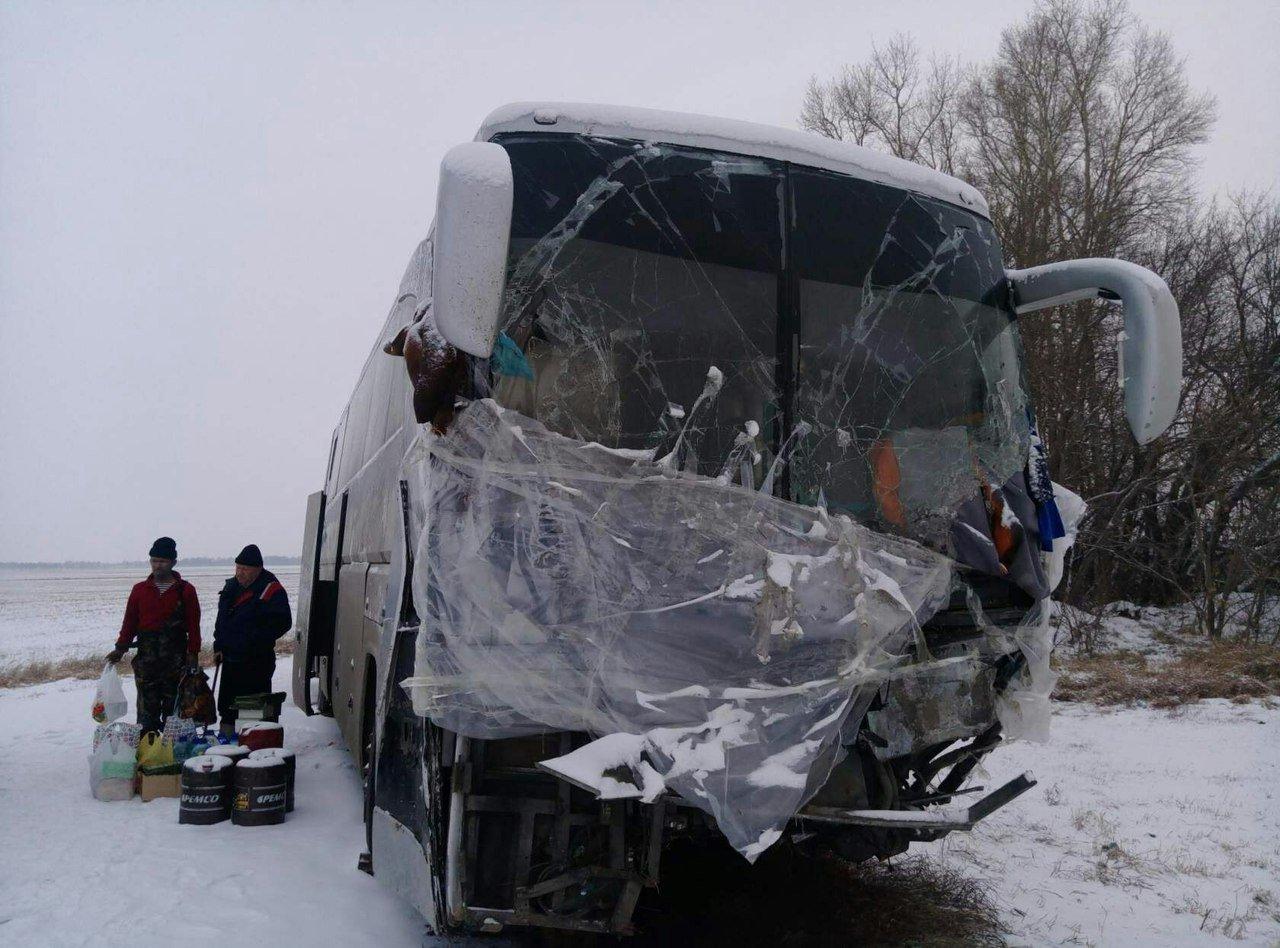 Казахстанцы живут в разбитом после ДТП автобусе на трассе в Алтайском крае