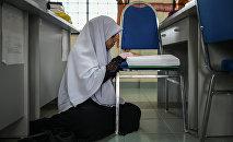 Девочка в платке читает книгу, архивное фото