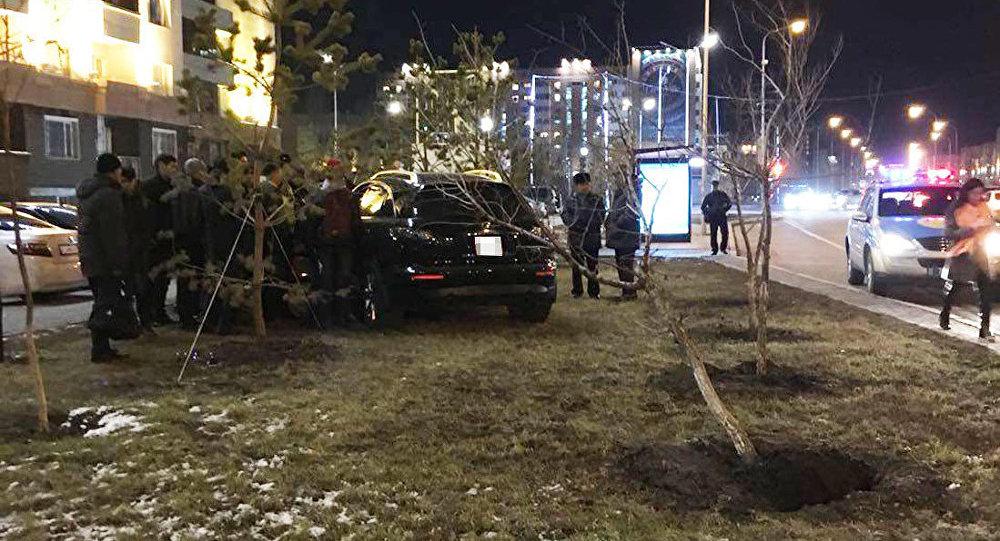 Автомобиль Infiniti на месте ДТП в Астане