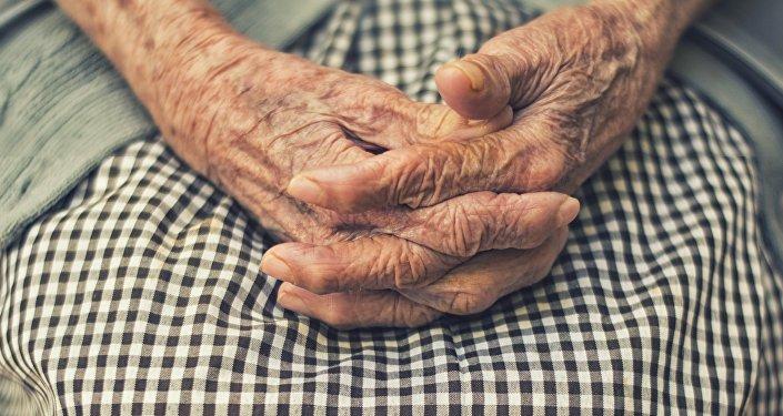 Руки пожилой женщины, архивное фото