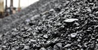 Уголь на территории шахты, архивное фото