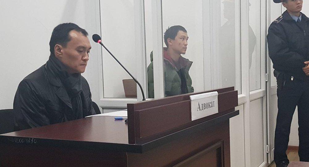 Задержанный в ходе спецоперации в Алматы Даурен Алеуханов (в центре фото)