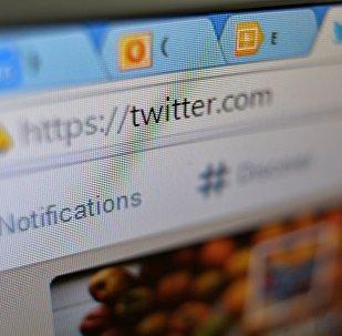 Страница сайта Twitter в окне браузера компьютера.
