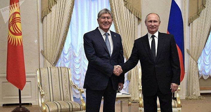 Алмазбек Атамбаев и Владимир Путин на встрече в Санкт-Петербурге