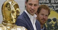Британские принцы Уильям и Гарри смотрят на героя Звездных войн дроида C3P0, архивное фото