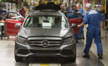 Сотрудники проверяют автомобили Mercedes-Benz C-Class на заводе, архивное фото