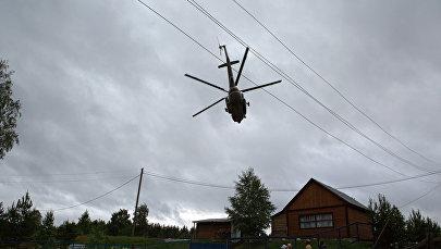 Вертолет над населенным пунктом, архивное фото