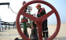 Оператор по добыче нефти, архивное фото