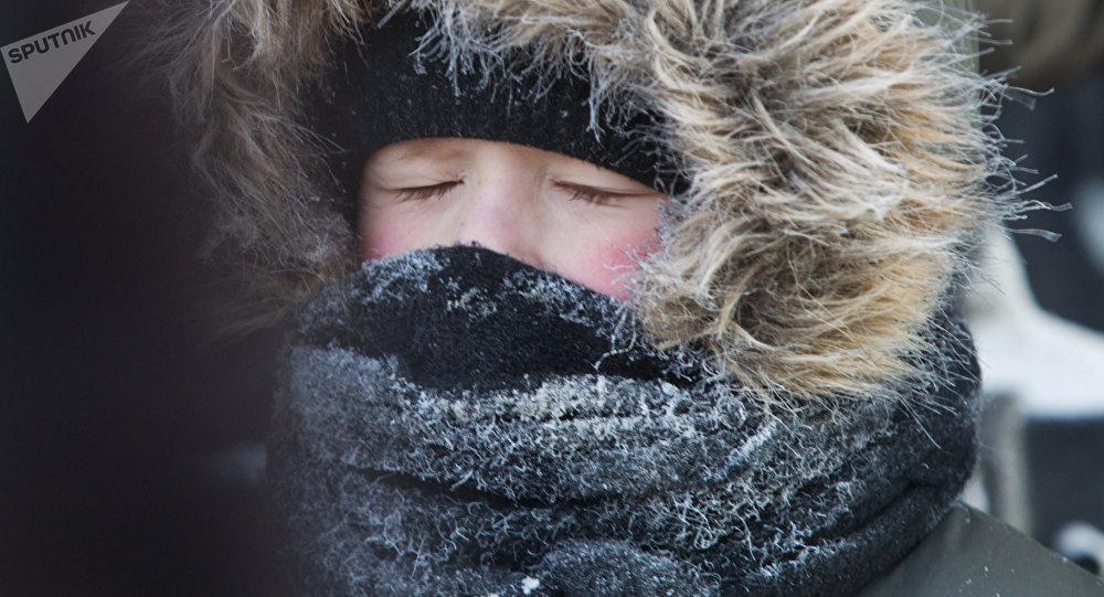 Архивное фото мальчика на прогулке в морозный день