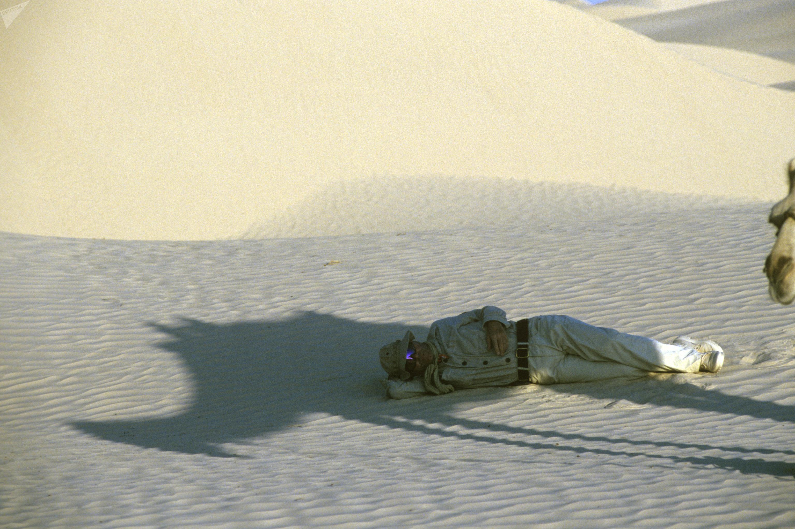Один из членов экспедиции польского путешественника Яцека Палкевича в пустыне Сахара на привале