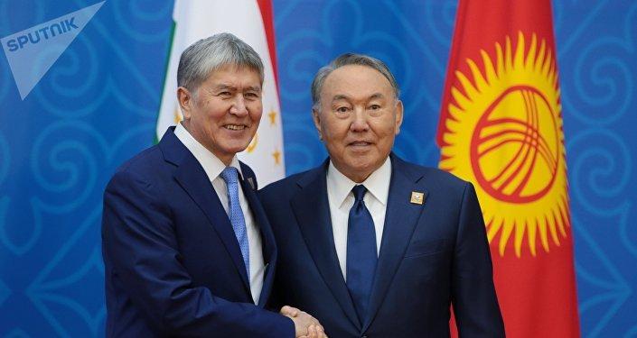 Қырғызстан президенті Алмазбек Атамбаев (сол жақта) пен Қазақстан президенті  Нұрсұлтан Назарбаев