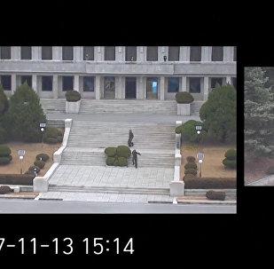 Побег солдата из Северной Кореи в Южную попал на видеокамеры