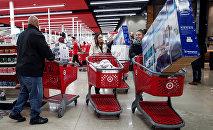 Покупатели во время распродажи в одном из торговых центров в Чикаго, США