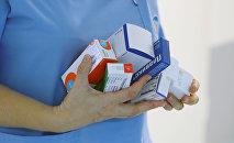 Медсестра с лекарствами, архивное фото
