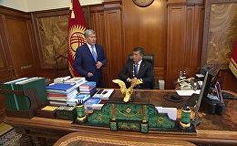 Сооронбай Жээнбековтің президент кабинетіндегі алғашқы минуттары — видео