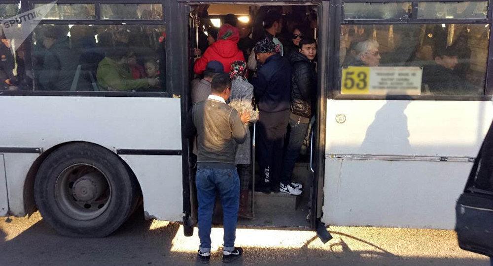 Архивное фото переполненного автобуса