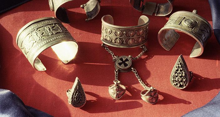 Старинные серебряные украшения казахских умельцев, архивное фото