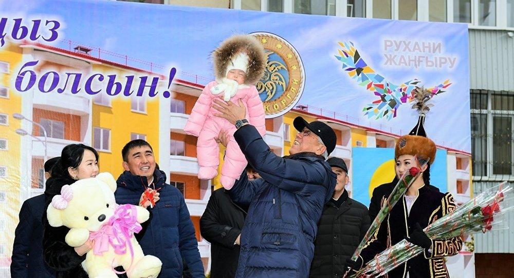 Предпраздничное новоселье справила сегодня семья малышки Муслимы Саматкызы - 18-миллионной жительницы страны