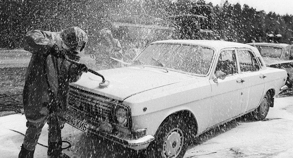 Дезактивация автомобиля в зоне чернобыльской катастрофы, архивное фото