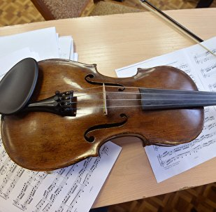 Скрипка и ноты, архивное фото