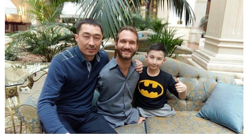 Казахстанский школьник Али Турганбеков, родившийся без ног, встретился с Ником Вуйчичем