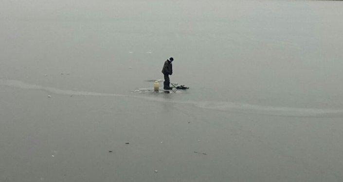 Астанчанин занимается рыбной ловлей на реке Ишим