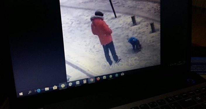 Очевидец снял на видео, как мужчина пнул лежащего ребенка